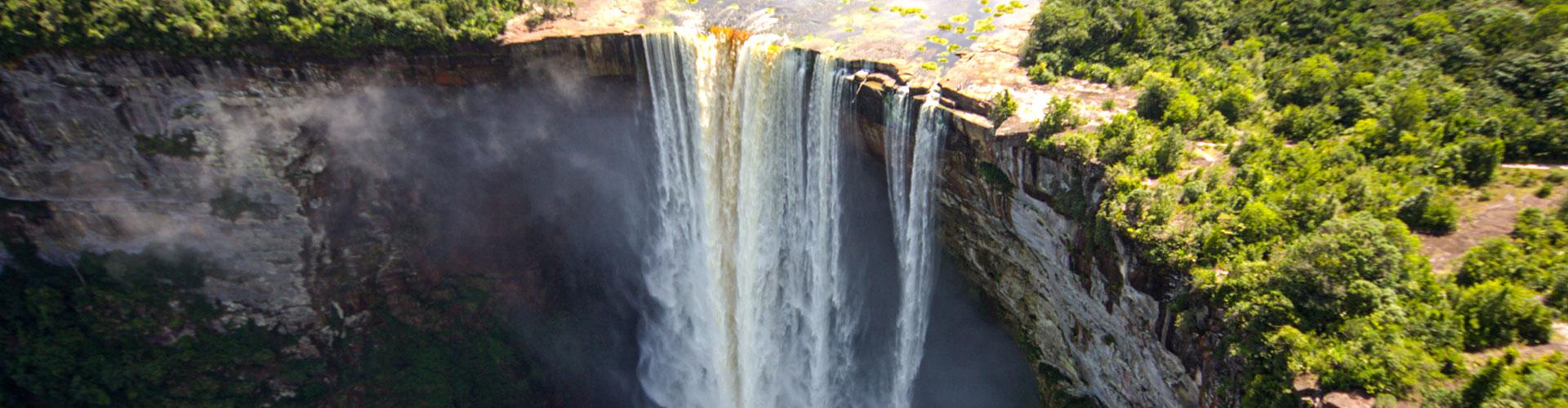 Foto: der Kaieteur-Wasserfall in Guyana fällt an eine Bergkante in die Schlucht