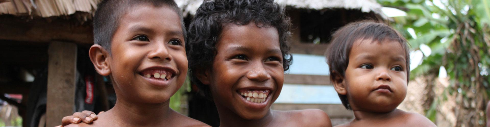 Foto: Köpfe von drei brasillianischen Kindern, laschend