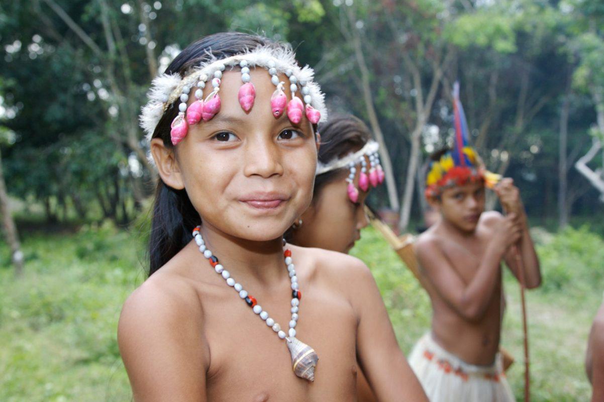 Foto: Mädchen mit Kopf- und Halsschmuck