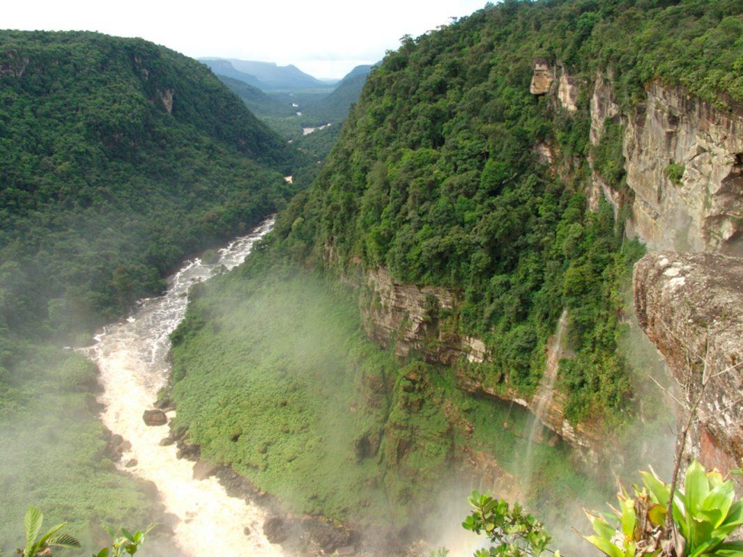 Foto: Landschaft - Fluss in einer Schlucht umgeben von Bergen