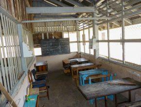Foto: Blick in einen Klassenraum mit sehr abgenutzten Möbel