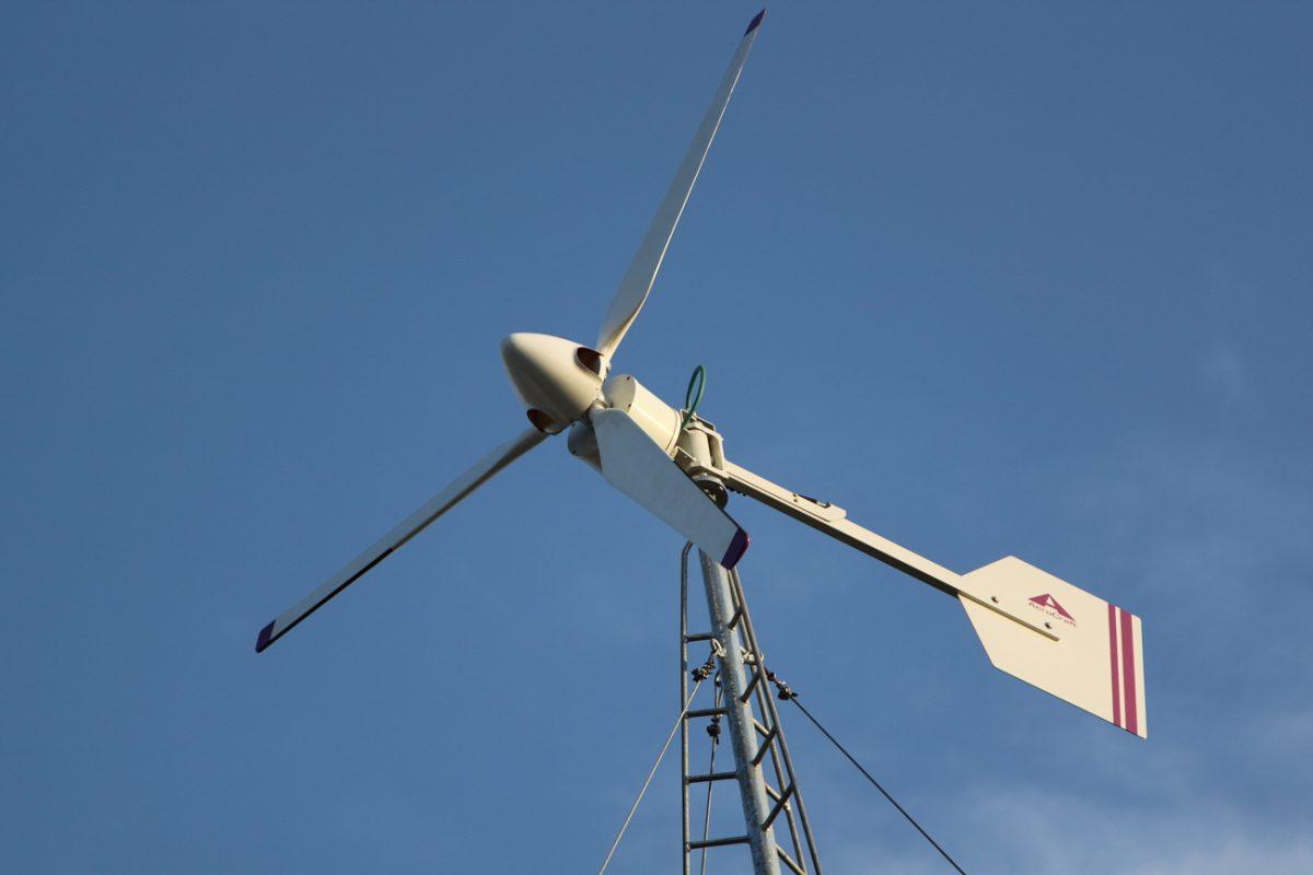 Foto: Windkraftgenerator an einen Mast
